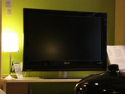 dos factores a consideran antes de comprar un televisor m s grande ahorro de energ a. Black Bedroom Furniture Sets. Home Design Ideas